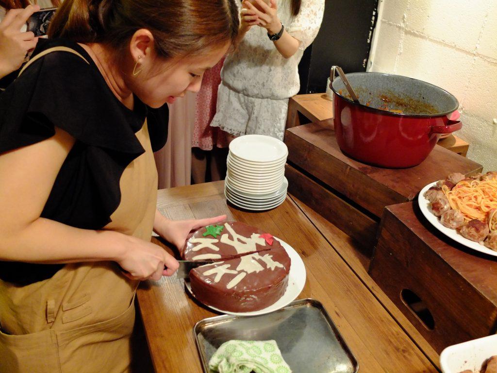キキのケーキをカット