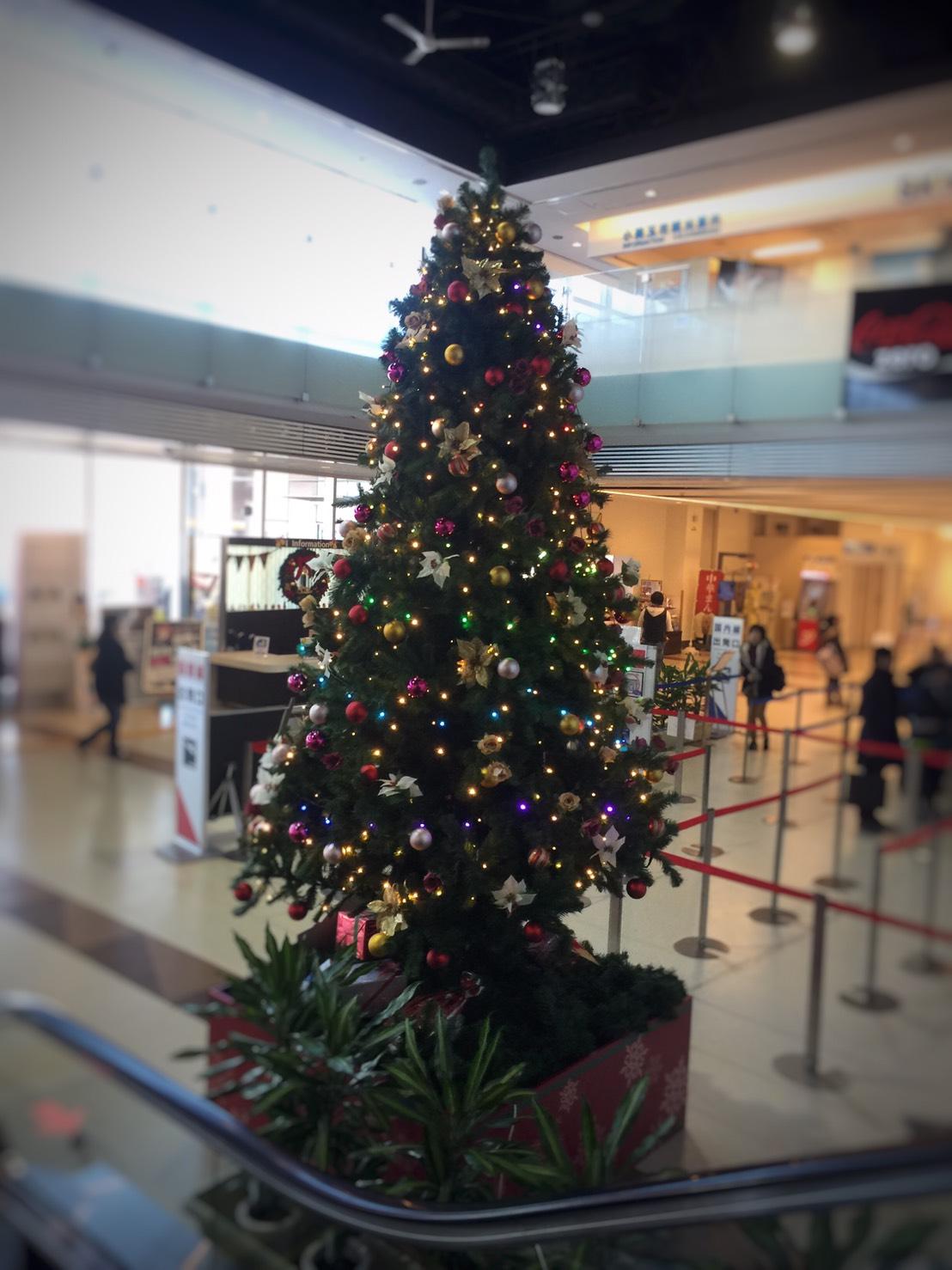 空港内のクリスマスツリー